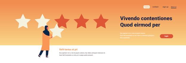 Mulher árabe de classificação de três estrelas dando banner de feedback
