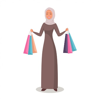Mulher árabe em hijab apresentando sacos de compras