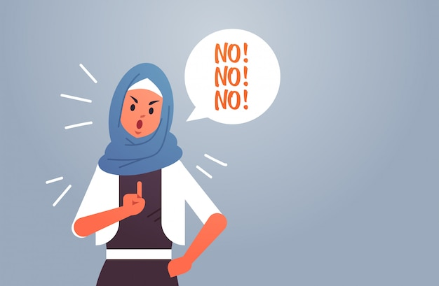 Mulher árabe irritada dizendo nenhum balão de discurso com conceito de negação de exclamação grito senhora árabe furiosa mostrando sinal com o retrato plano de dedo horizontal