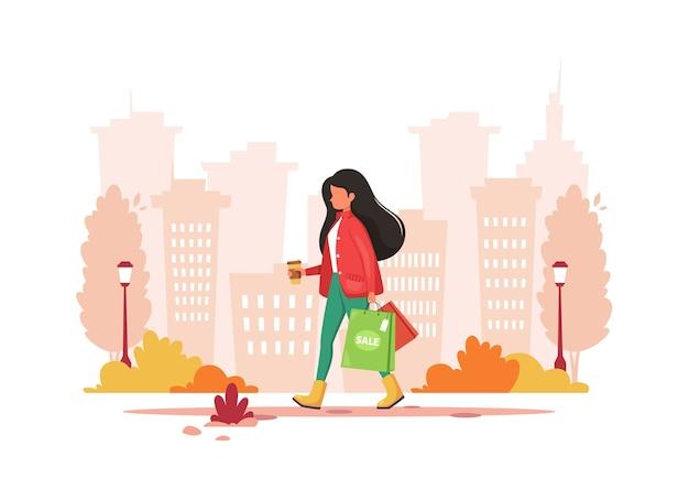 Mulher às compras na cidade com café. estilo de vida urbano.