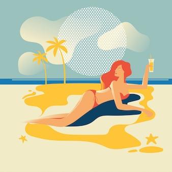 Mulher bonita bronzeando-se na praia. férias de verâo
