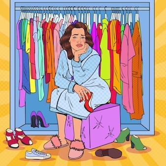 Mulher bonita chateada com pop art escolhendo sapatos no guarda-roupa