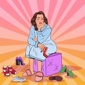 Mulher bonita chateada com pop art escolhendo sapatos