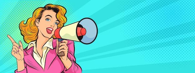 Mulher bonita com alto-falante megafone anunciando venda com desconto. oferta especial de protesto de compras