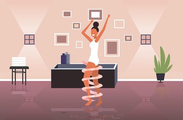 Mulher bonita com pele perfeitamente macia cuidados com o corpo beleza conceito de saúde moderno banheiro interior horizontal comprimento total