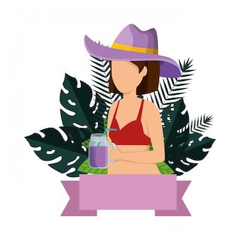 Mulher bonita com roupa de banho e coquetel
