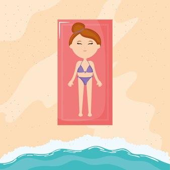 Mulher bonita de bronzeamento com maiô na praia