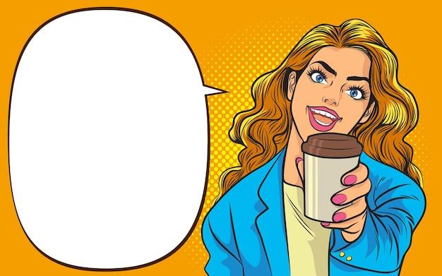 Mulher bonita e moderna segurando uma xícara descartável de café ou chá pop art retrô em quadrinhos