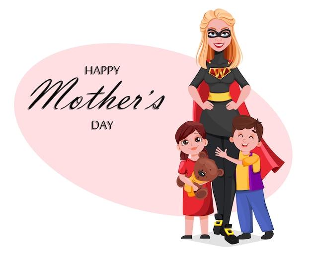 Mulher bonita em traje de super-heróis com os filhos