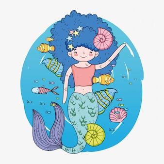 Mulher bonita sereia com conchas e caracóis debaixo d'água