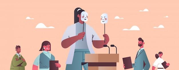 Mulher candidata a político cobrindo o rosto sob máscaras
