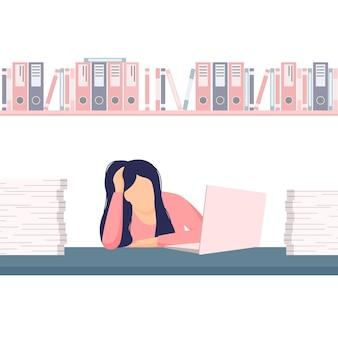 Mulher cansada e sobrecarregada de trabalho em uma mesa de escritório entre uma pilha de papéis e documentos