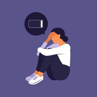 Mulher cansada sentada com a bateria descarregada pensando