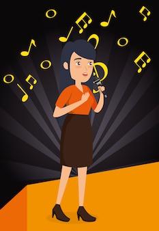 Mulher cantando com microfone