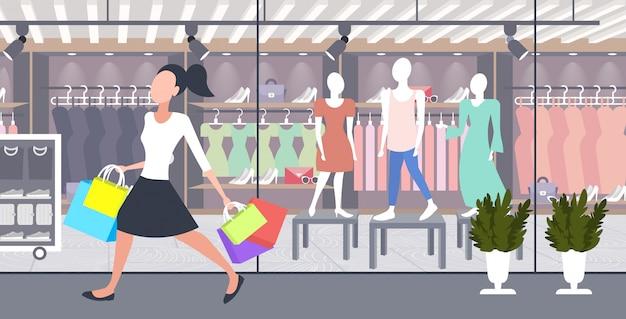 Mulher carregando sacos de papel colorido menina grande compra conceito venda shopping moderno boutique forma moderno exterior exterior comprimento total