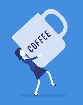 Mulher carregando uma caneca de café gigante