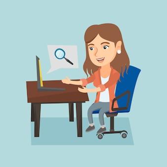 Mulher caucasiana, pesquisando informações em um laptop.