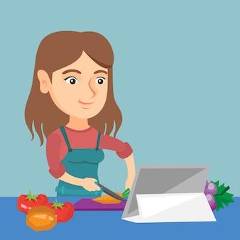 Mulher caucasiano que cozinha a salada vegetal saudável.