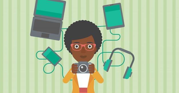 Mulher cercada com seus gadgets.