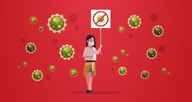 Mulher chinesa em máscara protetora segurando parada conceito de epidemia de vírus de bandeira de coronavírus wuhan pandemia médica risco de saúde comprimento total horizontal