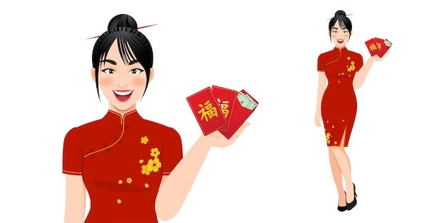 Mulher chinesa segurando os envelopes vermelhos