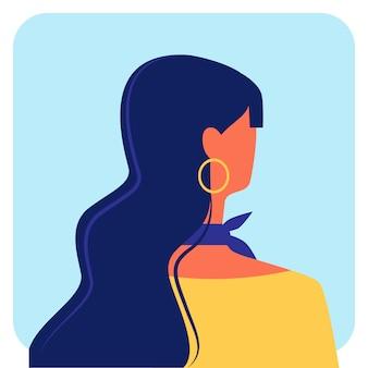 Mulher com cabelo longo escuro na blusa amarela. vetor
