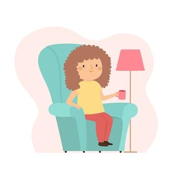 Mulher com cabelos cacheados, bebendo um café em casa