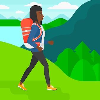 Mulher com caminhadas de mochila.