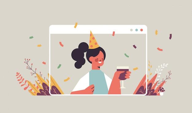 Mulher com chapéu engraçado festivo comemorando festa de aniversário online garota feliz