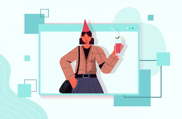 Mulher com chapéu festivo comemorando festa de aniversário online