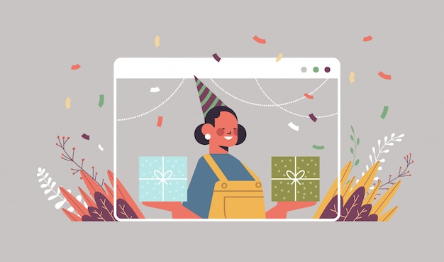 Mulher com chapéu festivo engraçado comemorando aniversário online
