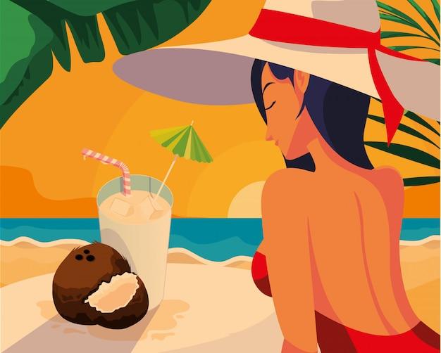 Mulher com coquetéis na praia
