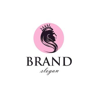 Mulher com coroa, negócios de beleza de logotipo em estilo vintage simples.