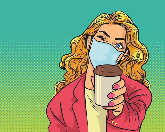 Mulher com elegante máscara médica e jaqueta bebe café em copo de papel