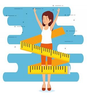 Mulher com estilo de vida saudável e fita métrica