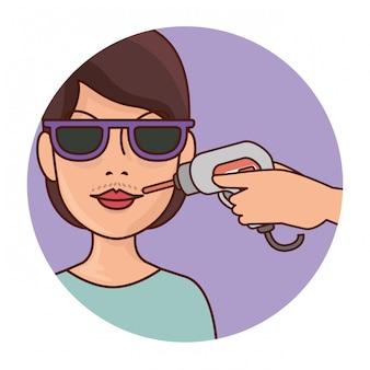 Mulher com ferramenta de depilação
