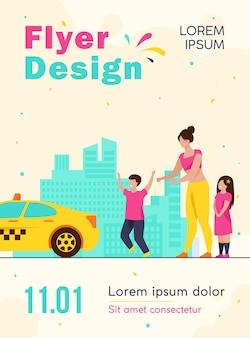 Mulher com filhos pegando modelo de folheto de táxi