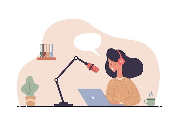 Mulher com fones de ouvido na mesa gravando transmissão de áudio