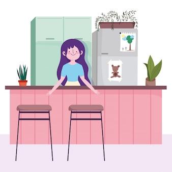 Mulher com geladeira, balcão e cadeiras na cozinha