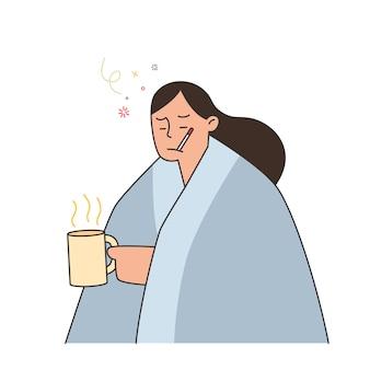 Mulher com gripe e resfriado debaixo do cobertor, segurando um chá quente e segurando um termômetro na boca