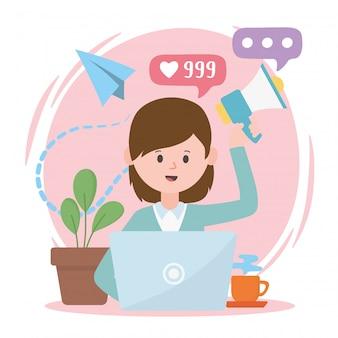 Mulher com laptop, marketing, promoção de internet, rede social, comunicação e tecnologias