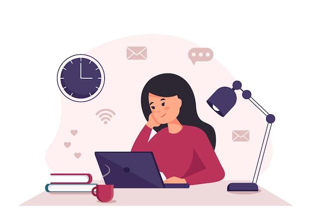 Mulher com laptop trabalhando em laptop, estudante ou freelancer