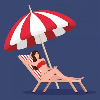 Mulher com maiô na praia cadeira e guarda-chuva, temporada de férias de verão