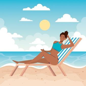 Mulher com maiô na praia cadeira, temporada de férias