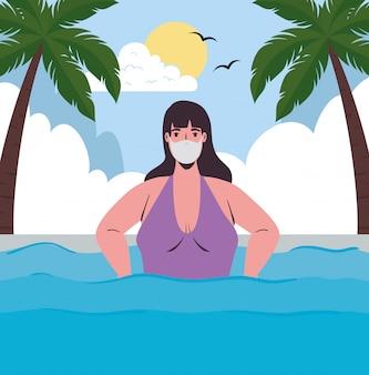 Mulher com maiô vestindo máscara médica no mar, turismo com coronavírus, prevenção covid 19 na temporada de verão