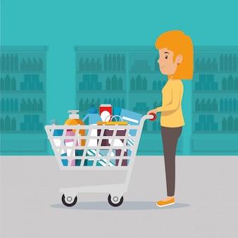 Mulher com mantimentos de supermercado