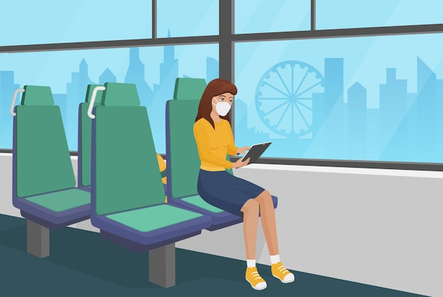 Mulher com máscara facial passa tempo de quarentena de ônibus usando tablet
