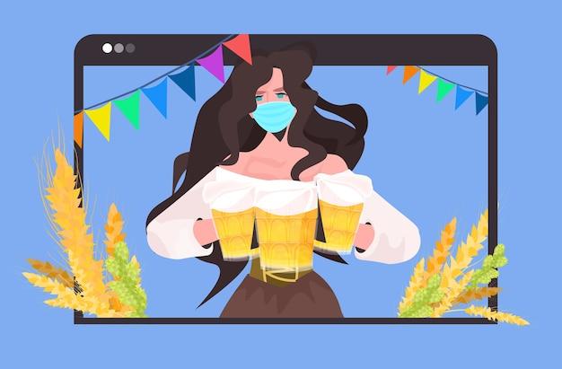 Mulher com máscara segurando canecas de cerveja no festival de festa da oktoberfest