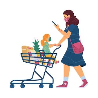 Mulher com menina criança usando máscaras e empurrando produtos cheios de carrinho de supermercado