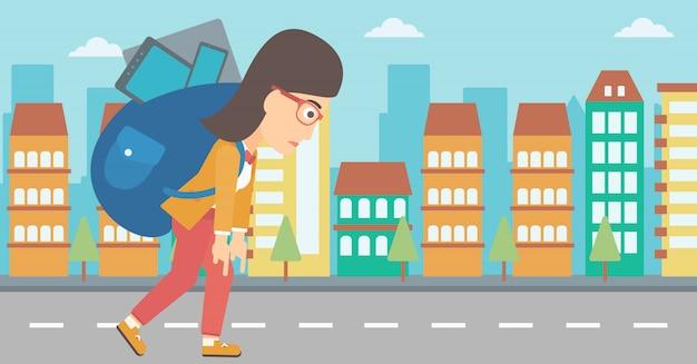 Mulher com mochila cheia de dispositivos.